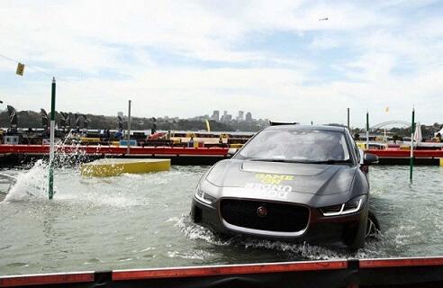 Эектрокар Ягуар I-Pace тестировали в воде изображение