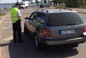 Фото сотрудник полиции остановит автомобиль в случаях