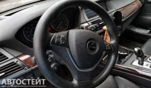 Фото Потертый руль в салоне авто с пробегом